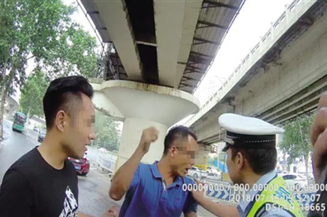 狂!郑州女子压线变道不接受处罚 同行男子推搡交警