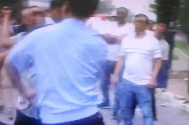 洛阳男子袭警被依法刑拘 围观男子拍短视频造谣