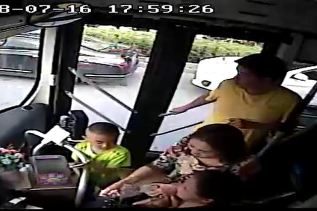 郑州两岁女童公交车内高烧抽搐 车内市民行为暖心