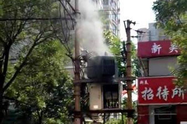 气温居高不下 郑州街头一变压器因超负荷用电着火