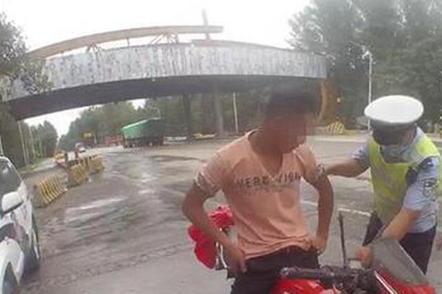 """男子醉酒骑摩托车""""扭秧歌"""" 已被依法逮捕"""