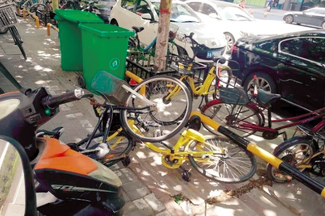郑州共享单车乱象:挤成一团影响交通 毁损不见清理