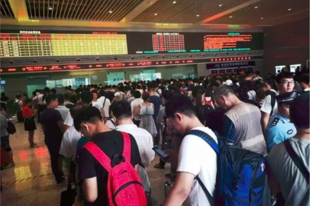"""受台风""""安比""""影响 郑州东站停运38趟列车"""
