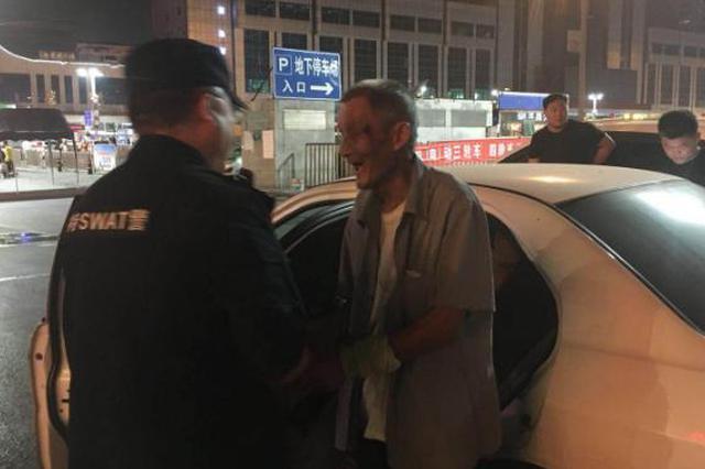 八旬老人流落郑州火车站数日 民警助其回家