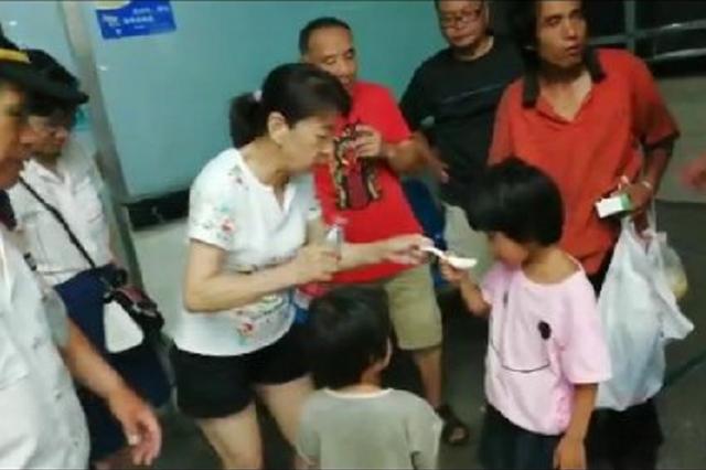 两幼童随父郑州寻母患病 众市民为其捐款送医喂药