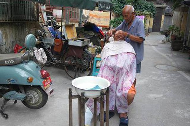 """郑州78岁老人胡同理发 三番五次被顾客""""强迫""""涨价"""