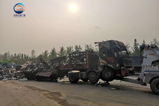 郑登快速侯寨大桥两货车事故 现场清理暂不影响通行