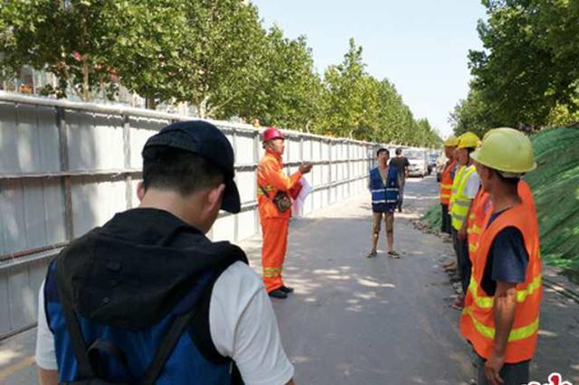 郑州丰庆路开始铺设沥青 最快9月中旬实现通车