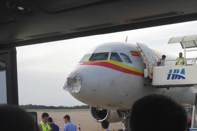 天津航空一航班郑州上空遭雹击 风挡玻璃被击裂