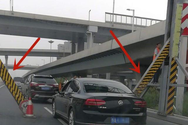 """早高峰中州大道限高架""""很受伤"""" 只剩一个车道通行"""