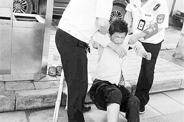 内蒙男子晕倒郑州街头 巡防热心救助