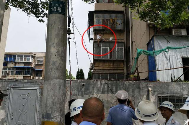 """为让警察帮他找到手机 郑州男子扬言要""""跳楼"""""""