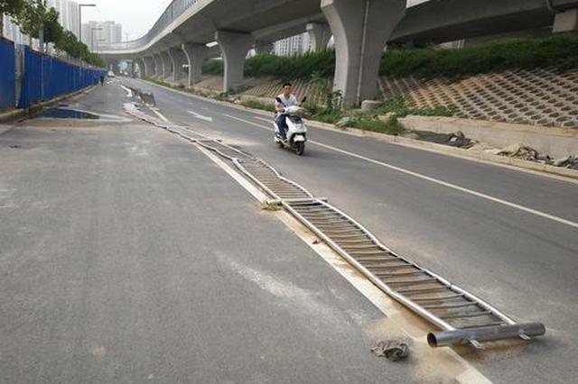郑州街头200米长不锈钢护栏躺地 俩月无人扶起