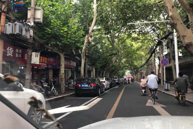 郑州一停车位划到机动车道上 车辆通行受影响