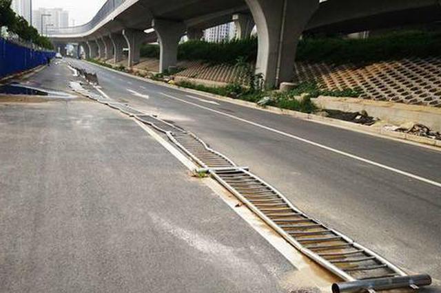"""太委屈! 郑州200米交通护栏被碾成""""宽面条"""""""
