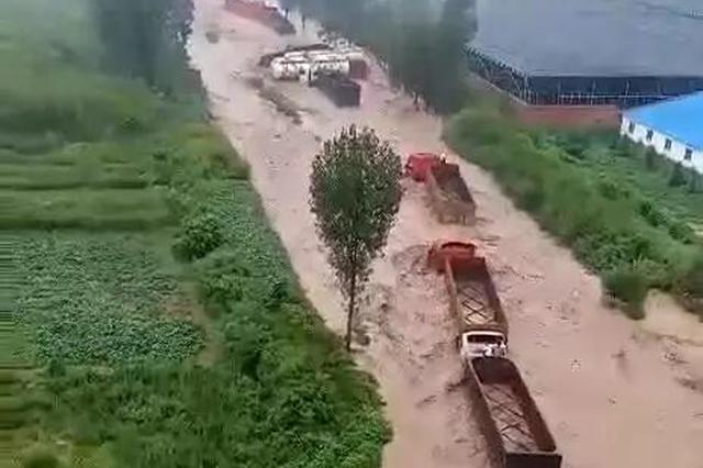 河南偃师多辆货车被困湍流 消防救出14名被困人员