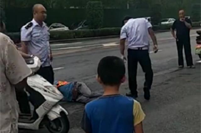 郑州一小区两名保安殴打环卫工人 警方:当事人已被拘