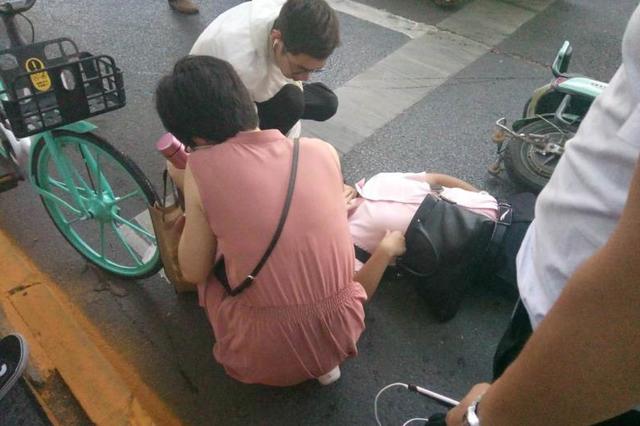 郑州一男子中暑倒地 热心市民伸手相助