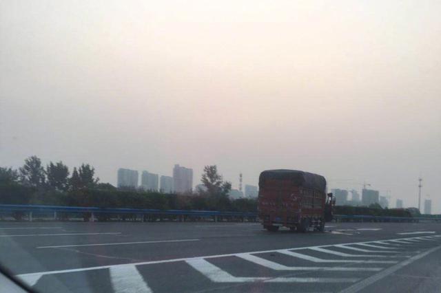 注意!连霍高速郑州段发生货车事故 车头严重变形