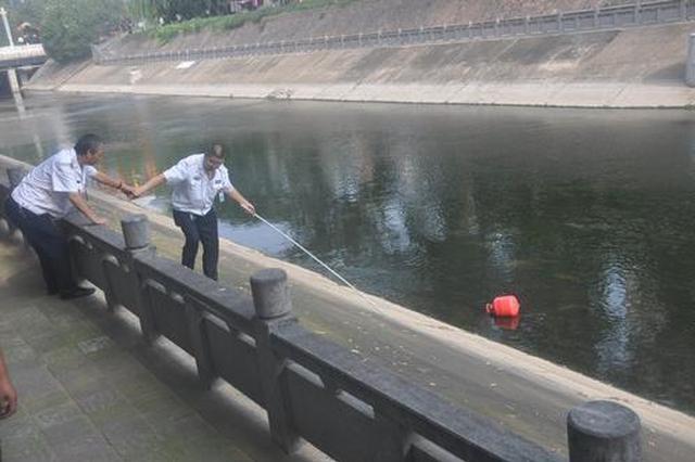 郑州金水河漂来一个红色罐子 是谁家的?