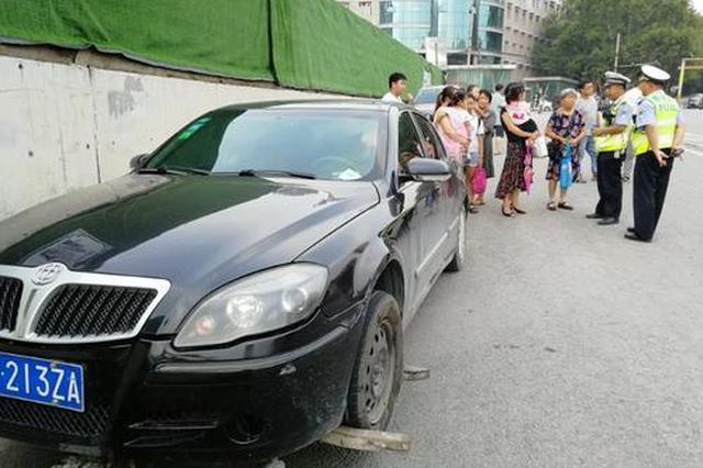 郑州小轿车爆胎后下来一车人 一数竟有9个