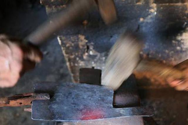 郑州老哥俩五代传承打铁手艺 抡锤制刀几十载
