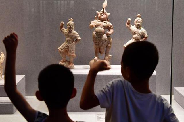 组图:家长带孩子洛阳博物馆里度暑假