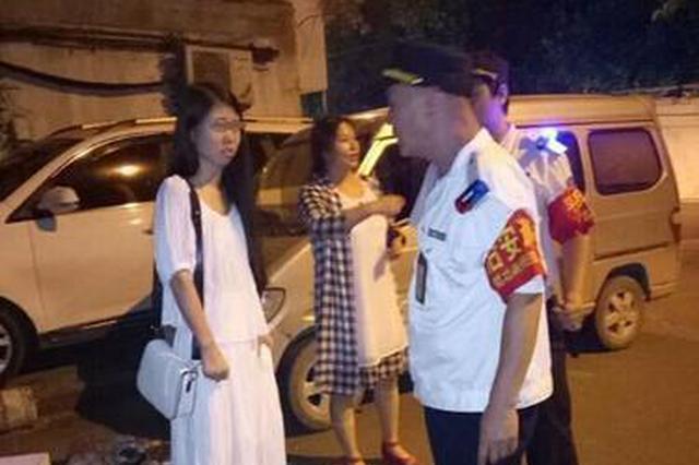 """开封女孩赴郑见男网友 却被对方""""借走""""手机抛在街头"""