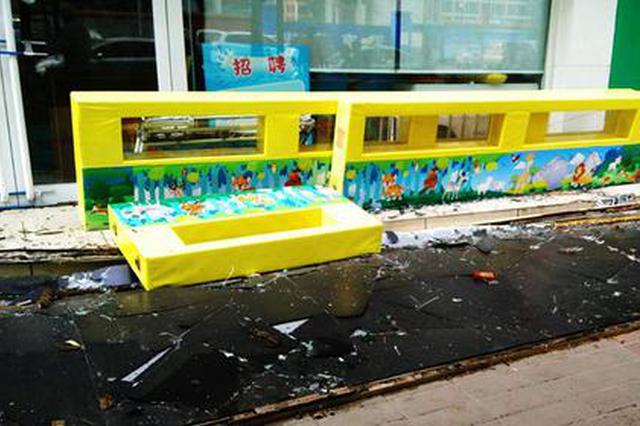 好险!郑州临街商店18米长的门头突然坠落(图)