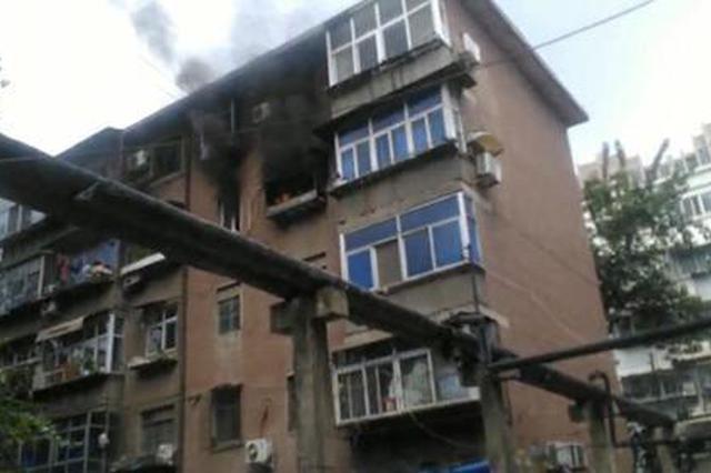 郑州一住户因室内空调挂机起火引发火灾 幸无人员伤