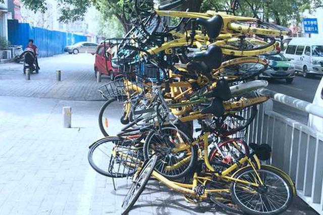 """郑州20辆共享单车被""""叠罗汉"""" 市民:别拿它们撒气了"""