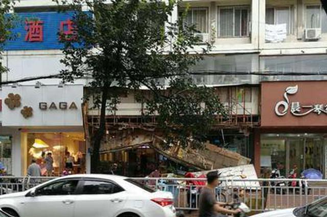郑州铁英街一饭店门头坠落 幸好有雨街上没人