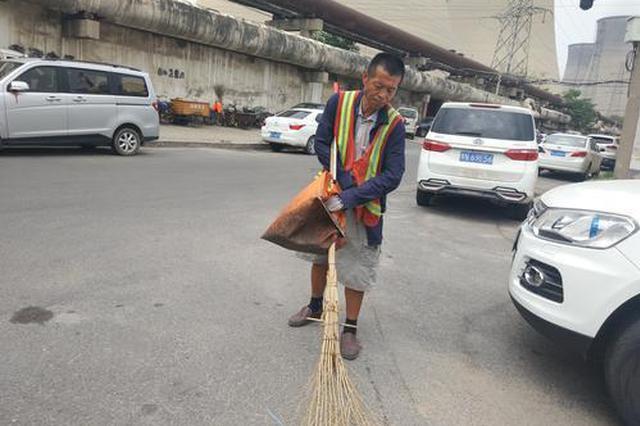 郑州52岁老汉失去双臂还在当环卫工 称不想吃白食