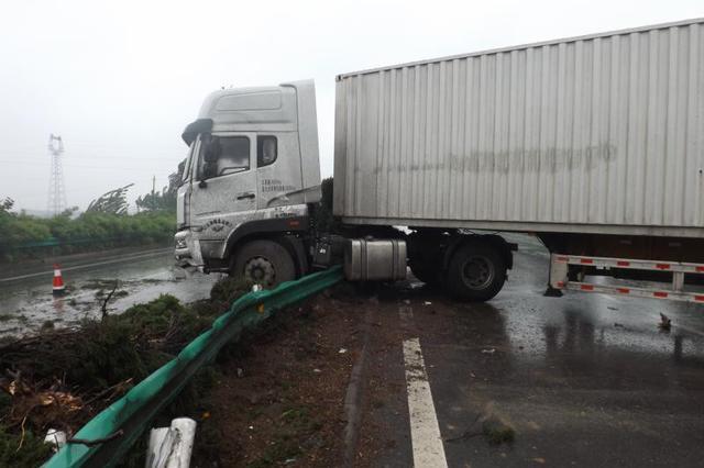 惊险!雨天路面湿滑 宁洛高速上大货车失控冲破护栏