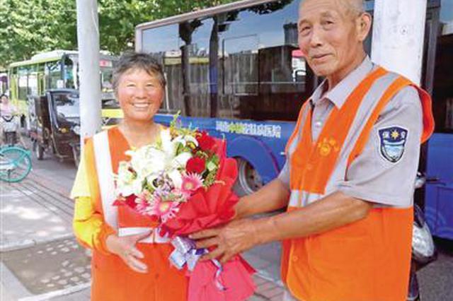 """马路上""""扫""""出的爱情 郑州60岁环卫工送花给妻子"""
