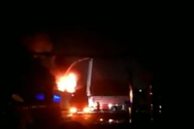 郑州经开区一仓库夜晚着火 未造成人员伤亡