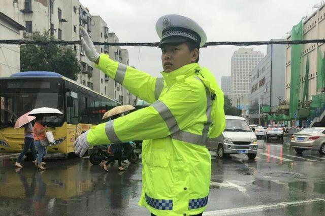 """组图:大雨中 有一种坚守叫""""郑州交警"""""""