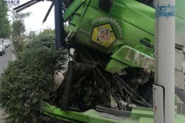 惨!郑州中州大道两货车相撞 面目全非!