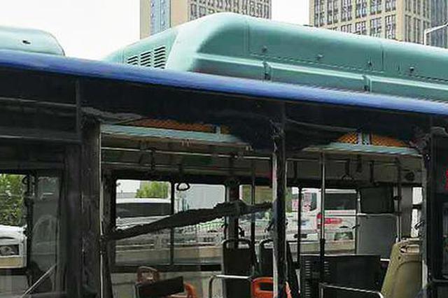 郑州街头两辆公交相撞玻璃碎一地 无人受伤