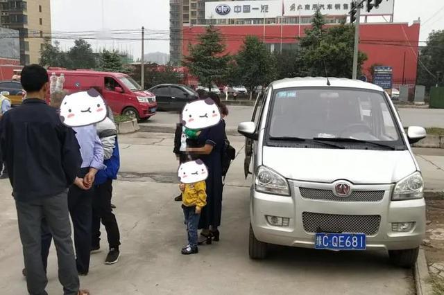 洛阳一面包车实载10人超员3人 交警果断查处