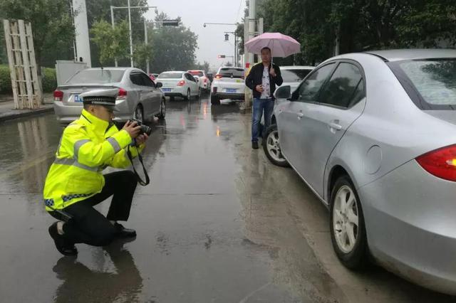郑州迎持续降雨 交警:请遵章驾驶 避免发生交通事故