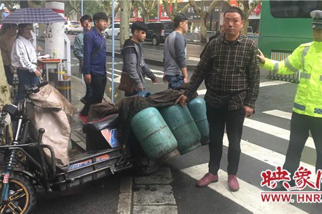 """郑州交警路上查获""""移动炸弹"""" 电动车非法运输液化罐"""