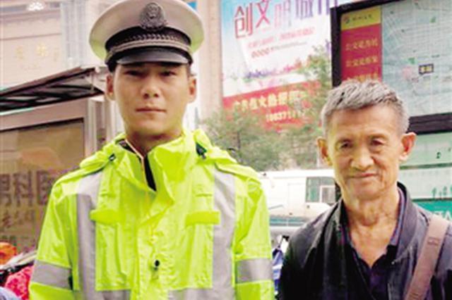 郑州年轻协警街头拾到装零钱塑料袋 雨中守候失主