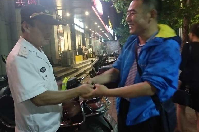 郑州一粗心男子逛夜市 不拔钥匙险些把车丢