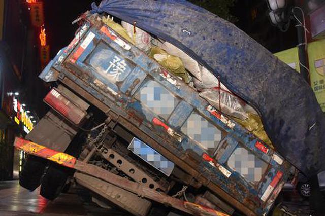 """郑州垃圾车碾碎""""井盖""""差点翻车 市民:这井盖也太脆"""