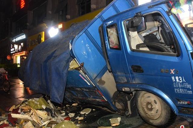 郑州一垃圾车轧烂人行道上窨井盖 3个多小时后才脱困