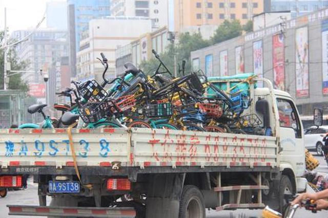 郑州交警整治银基商圈交通乱象 严查摩的和电动车