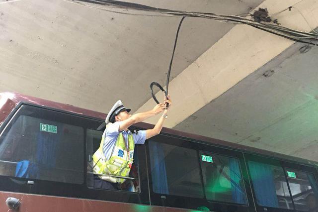 早高峰电缆垂落 郑州交警巧借公交及时清除