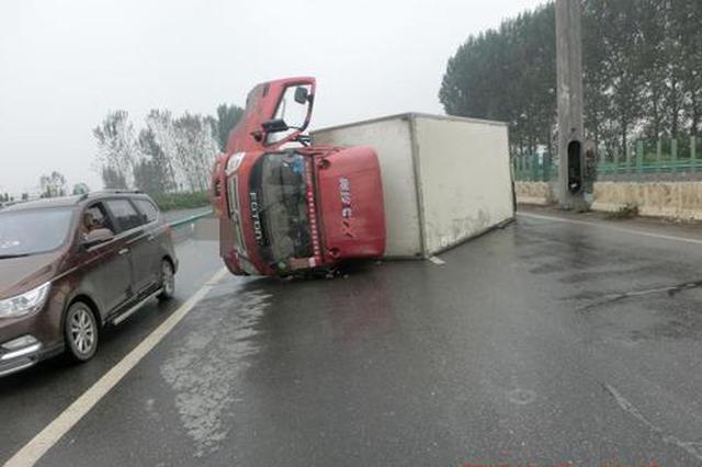 雨天货车漯河高速侧翻 差点把旁边小车压到车下
