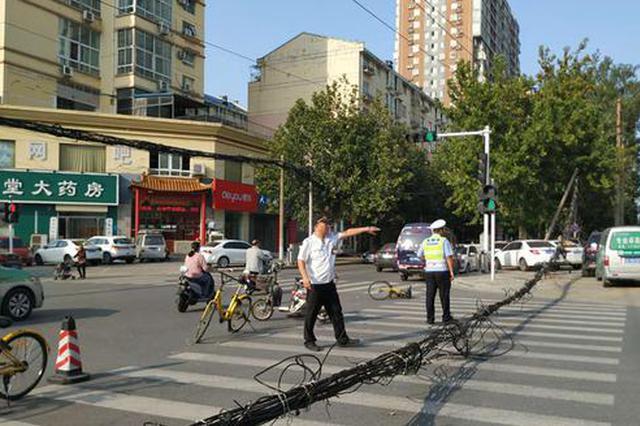 郑州超高大货车拽倒4根线杆 3车被砸损毁严重